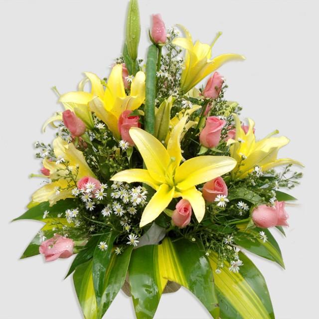 Hoa ly vàng được cắm rất nghệ thuật và được điểm xuyến một vài hoa hồng nhạt