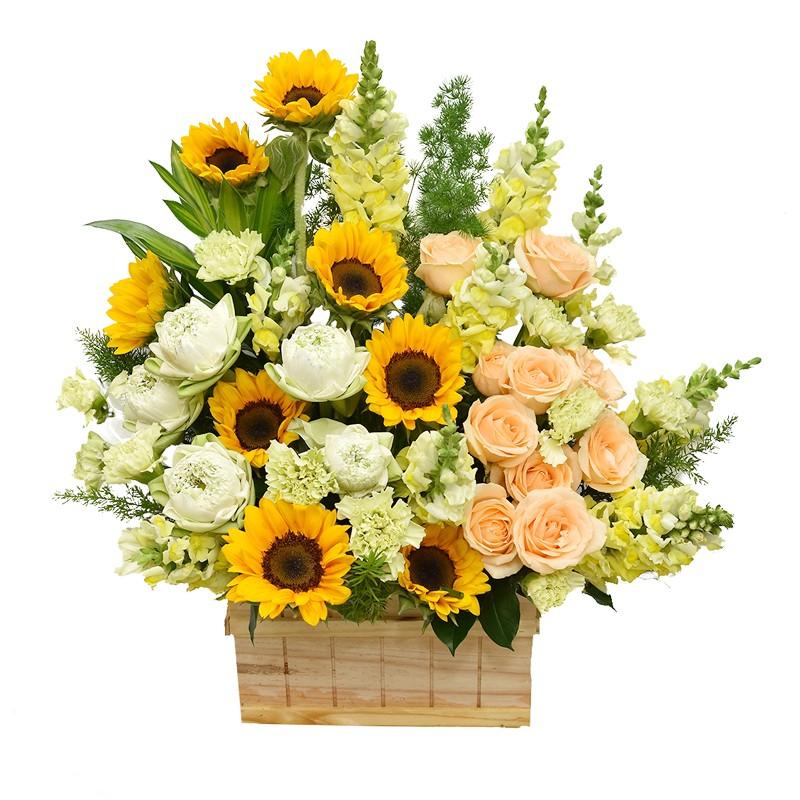 Giỏ hoa hướng dương điểm xuyến cùng hoa hồng thanh tao, giản dị